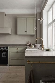 Nordiska Kök - Scandinavian shaker kitchen in a lovely green color and a limestone countertop. More farmhouse kitchen inspiration, ideas and interior at Interior S, Kitchen Interior, Kitchen Decor, Kitchen Tools, Interior Modern, Boho Kitchen, Ikea Kitchen, Apartment Kitchen, Kitchen Layout