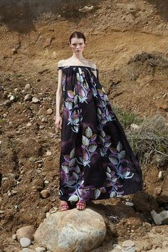 Cynthia Rowley Spring 2016 Ready-to-Wear Collection Photos - Vogue .off-the-shoulder trapeze maxi oh yes I do think so. Couture Fashion, Runway Fashion, Spring Fashion, Fashion News, High Fashion, Fashion Show, Cynthia Rowley, Textiles, Classic Looks