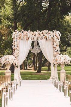 Decoração para a cerimônia. Passarela e altar nas cores branca e rosa
