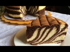 Zebra cake recipe- Whisk 5 egg yolks + 1 egg until smooth and pale. Sift the flour and whisk until smooth Cake Recipes, Dessert Recipes, Desserts, Ogura Cake, Tasty, Yummy Food, Take The Cake, Cake Gallery, Cake Ingredients