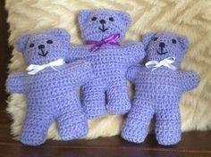 Comme le petit ourson au tricot a eu beaucoup de succès, j'ai pensé vous présenter son petit cousin au crochet. :-)
