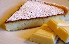 Ingredientes: + 3 huevos medianos, + 120 g de chocolate blanco, + 120 g de queso crema tipo Philadelphia, + un molde de 18 cms.    Si queremos decorar y acompañar: + azúcar en polvo o cacao en polvo, + unas frutas como fresas o frambuesas, melocotón en almíbar, kiwi, … + sirope de chocola