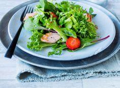 Tre favoritter i en og samme salat, nemlig asparges, laks og jordbær. Crispisalaten gir sprøhet, jordbærene tilfører sødme, og en dressing med lime, chili og ingefær setter fart på smaksløkene. Grill laksen slik at den beholder en «rosa» kjerne og topp salaten med saftige biter. Dryss over basilikum og middagen er klar til servering! Avocado Toast, Chicken, Meat, Breakfast, Chili, Food, Noodle Salads, Basil, Morning Coffee