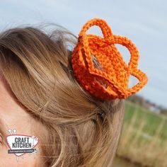 kroontje voor haar koningsdag Crochet Girls, Love Crochet, Crochet For Kids, Knit Crochet, Crochet Hats, Crochet Crown, Hair Decorations, Arm Knitting, Crochet Accessories