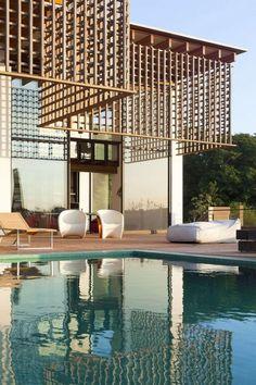brise soleil, système brise-soleil en bois, lattes croisées et grande piscine
