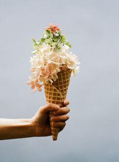 Regala flores, regala sonrisas. Un detalle así hace que cualquier persona se sienta especial. #regalo #flores #cucurucho #sorpresa #amor #sonrisa
