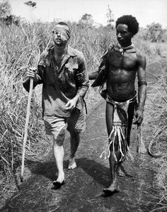 42 Powerful Moments Of Human Compassion In The Face Of Violence A native of Papua New Guinea, who were nicknamed 'Fuzzy Wuzzy Angels' because of their hairstyle and kind nature, escorts a wounded Australian soldier out of the bush. [World War II, Les Scouts, Papua Nova Guiné, La Compassion, Otto Von Bismarck, Angel Guide, Fuzzy Wuzzy, Anzac Day, Iwo Jima, Nagasaki