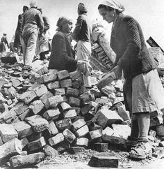 Trümmerfrauen in Berlin, Sommer 1945. Fotograf unbekannt.