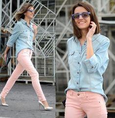 Pastel jeans and light denim shirt. Jeans Rosa, Jean Slim Rose, Jeans Pastel, Pink Jeans Outfit, Blouse Outfit, Look Camisa Jeans, Light Denim Shirt, Denim Top, Denim Shirts
