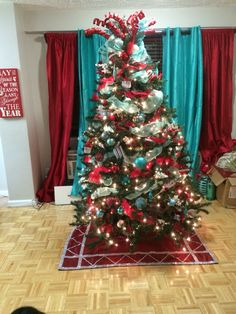 🌟Tante S!fr@ loves this📌🌟 Teal red christmas tree! Teal Christmas Tree, Elegant Christmas Trees, Turquoise Christmas, Christmas Tree Themes, Christmas Colors, Christmas Tree Decorations, Christmas Diy, Christmas 2017, Holiday Fun