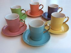 kultakoristeiset pastellisävyiset espressokupit 50 luvulta . korkeus 6.5cm . oranssi ja vihreä myyty