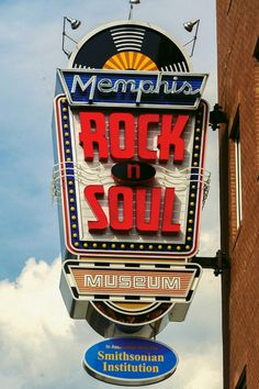 The Memphis Rock 'n' Soul Museum's exhibition about the birth of rock and soul music tells the story of musical pioneers who, for the love of music, overcame racial and socio-economic barriers to create the music that shook the entire world. State Of Tennessee, Memphis Tennessee, Tennessee Vacation, Elvis Presley, Memphis City, Downtown Memphis, Decoration Restaurant, Old Signs, Blues Music