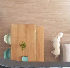 Tablero no envejecido con tono roble claro y con el canto vivo. Banco a juego. Home, Dining Room Furniture, Wood Tables, Light Oak, Board, Game, Ad Home, Homes, Haus