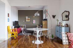 Maravilhoso. Tudo clean, móveis coloridos e minha mesa dos sonhos!