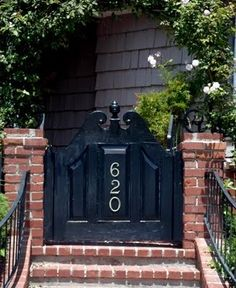 black gate...so pretty Garden Gates And Fencing, Fence Gate, Porch Gate, Backyard Gates, Backyard Ideas, Portal, Door Gate Design, Fence Design, Front Walkway