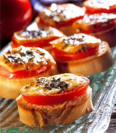 French bread with percorino and tomatoes Appetizer Recipes, Snack Recipes, Bruchetta, Tasty, Yummy Food, Healthy Food, Dutch Recipes, Buffet, Party Snacks