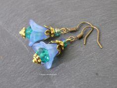 Ohrhänger Glockeblume, hellblau, petrol, gold ...................  Süße sommerliche Ohrhänger Glockenblume mit einem Touch Glamour.  Die Ohrhä...