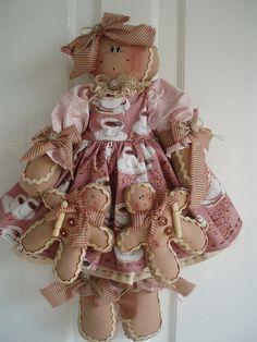 A gingerbread cutie Gingerbread Christmas Decor, Gingerbread Crafts, Gingerbread Decorations, Gingerbread Man, Christmas Crafts, Christmas Ornaments, Felt Fabric, Fabric Dolls, Rag Dolls