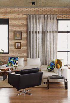 Nesta sala, o designer Paulo Castellotti usou cortina de tecido presa em varão apenas na porta de acesso à varanda.