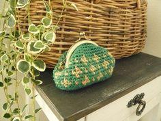 【送料無料】かぎ針編みのがま口(緑×ベージュ)