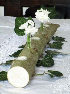 Natürliche Tischdeko: Ein dünner Baumstamm mit passenden Löchern vereint alles, was den Tisch gemütlich macht: Drei Teelicherhalterungen sorgen für die passende Beleuchtung, in zwei kleine Vasen aus Reagenzgläsern kann man frische Blumen stecken #blumen #tischdeko #naturdeko #natürlichdekoriert #baumstam #naturmaterialien, Frühlingsdeko