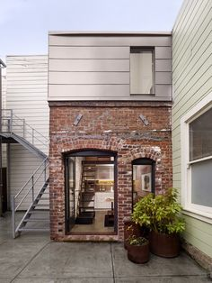 San Francisco residence, architect Christi Azevedo of Azevedo Design renovated a small, derelict brick building out back into a modern guest house. Extension Veranda, Architecture Design, Classical Architecture, Brick Loft, Red Bricks, Guest Suite, Little Houses, Tiny Houses, Unusual Houses