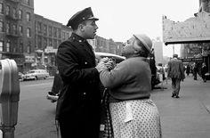 Donna armena litiga con poliziotto,  Settembre 1956, New York / Credit Photo: Vivian Maier
