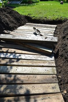 From dirt to a pallet wood walkway in the garden. So easy! @ Home Decor Ideas