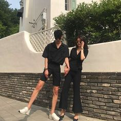 Ulzzang couple shared by ✧ αlexα ✧ on We Heart It Matching Couple Outfits, Matching Couples, Cute Couples Goals, Couples In Love, Couple Posing, Couple Shoot, Korean Couple Photoshoot, Couple Ulzzang, Couple Aesthetic