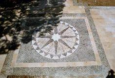 pebble mosaic on a terrace in Mougins. creation d'un tapis de galets par FRANCOIS DOVILLEZ