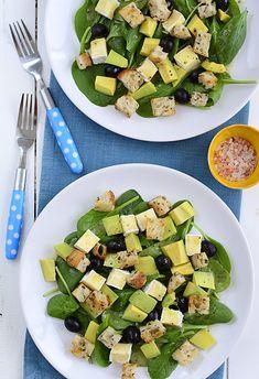 Sałatka z awokado, oliwek i sera pleśniowego z chrupiącymi grzankami