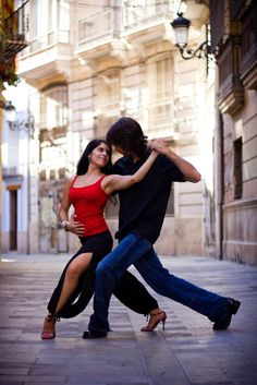 Dancing Tango in the street / Photo by Desam Vidal