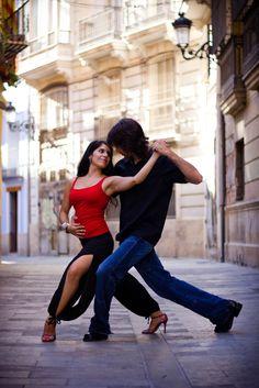 Dancing Tango in the street / Photo by Desam Vidal