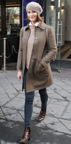 Gemma Arterton numa combinação clássica e elegante de inverno com tons de areia.