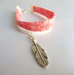 Bracelet ruban Liberty fleuri glenjade rose corail et cordon suédine blanc, breloque plume argentée : Bracelet par mademoiselle-topaze-bijoux