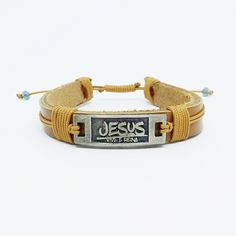Pulseira de Couro Caramelo Jesus Vive e Reina Jó 19: 25.
