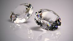 Diament odznacza się wyjątkowo dużym współczynnikiem załamanie światła, wynoszącym ponad 2,4. Wskutek silnego rozszczepienia światła w diamencie występuje piękna gra barw odbitych promieni, które otaczają kamień oszlifowany jak gdyby tęczową aureolą.