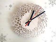 Small Giraffe Clock Wintersale! Now 49 EUR instead of 69 EUR! Are you looking for a small modern wall clock? This laser cut clock, made of birch plywood, has been carefully crafted in Asymmetree's Studio in Rotterdam.
