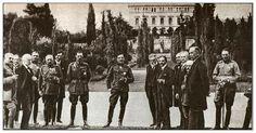 Ο Βενιζέλος, ο βασιλιάς Αλέξανδρος της Ελλάδας και, στο κέντρο, ο διάδοχος και μετέπειτα βασιλιάς της Σερβίας Αλέξανδρος, σε μια επίσκεψη του τελευταίου στην Αθήνα την άνοιξη του 1920 (Αθήνα, Μουσείο Ελ. Βενιζέλος).