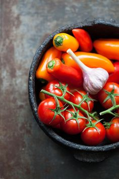 Pimientos y tomates asados al horno, simpel recept voor een bijgerecht van geroosterde paprika en tomaten met knoflook uit de oven.