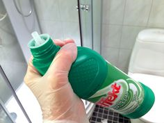 SPRUT PÅ, SKYLL AV: Wc-rens gjør underverker i dusjen. Fjerner kalk og skitt helt uten skrubbing. Foto: Kristin Sørdal