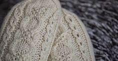 neuloin valkoiset sukat. Malli: Kin-sukat Lanka: 7 Veljestä, 106 g Puikot: 3,5 mm Sataisipa jo lunta... Knitting Socks, Knitted Hats, Woolen Socks, Knitting Patterns, Crochet Patterns, Crochet Faces, Knitted Flowers, Fashion Face Mask, Red Ribbon