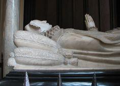 Efigie de María Estuardo, reina consorte de Francia y reina titular de Inglaterra, Irlanda y Escocia, ejecutada por su prima Isabel I, en el monumento funerario de Westmister.