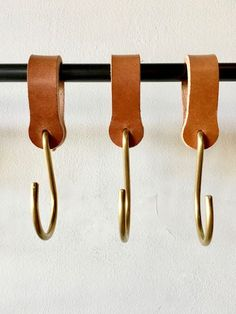 Ludlow Leather Hooks / Set 6 2019 Lostine Ludlow Leather and Brass Hook The post Ludlow Leather Hooks / Set 6 2019 appeared first on Curtains Diy. Pot Mason Diy, Mason Jar Crafts, Mason Jars, Deco Cuir, Diy Hanging Shelves, Ladder Shelves, Brass Hook, Ideias Diy, Mason Jar Lighting
