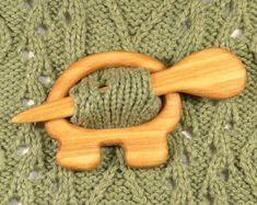 Wooden shawl pin Shawl stick Sweater clasp por TurtleWorkshop