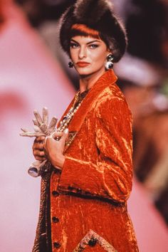 Linda Evangelista walks the runway at the Valentino Haute Couture Fall/Winter fashion show during the Paris Fashion Week in July, 1991 in Paris, France. Get premium, high resolution news photos at Getty Images 80s And 90s Fashion, Fashion 2020, Fashion Models, Fashion Show, Paris Fashion, Linda Evangelista, Valentino Couture, Valentino Garavani, Canadian Models
