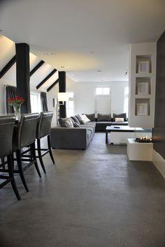 Woonkamer met Béton Ciré Pro op de vloer. Project van Stucdesigners uit Losser. Ny Loft, New York Loft, Living Room Interior, Home Living Room, Living Room Designs, Home Design Decor, House Design, Interior Design, Home Decor