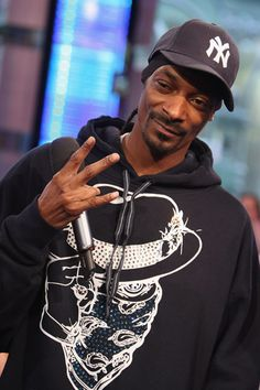 Songs by snoop-dogg Snoop Dogg, Hip Hop Girl, Free Internet Radio, Rapper Quotes, Smoking Weed, Songs, West Coast, Hiphop, Musicians