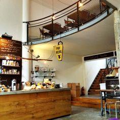 Hopper Coffee & Bakery, duidelijk, simpele en eerlijke koffie. Met ambachtelijk desem brood uit eigen oven in combinatie met duurzame en/of biologisch beleg. Het assortiment bestaat uit zes tot tien verschillende soorten bonen en vijf verschillende zetmethodes. Het interieur is stijlvol, enigszins industrieel maar ook huiselijk. In 2012 is Hopper zelfs getest als beste koffiebar van Nederland.