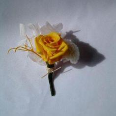 lapela de rosa amarela preservada  lapela de rosa baby amarela, tufinho de hortênsia branca, mini crisântemo branco preservados